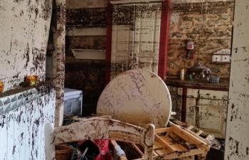 Désolation à l'intérieur d'une maison