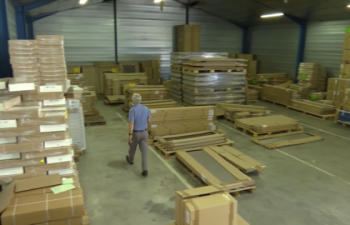 Dans l'une des plateformes logistiques mises à la disposition de l'ONG dans l'Aude