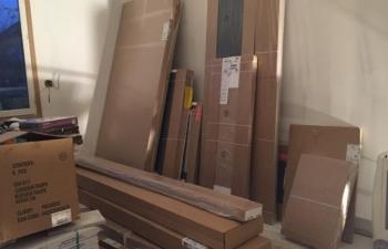 Des meubles neufs, en kit, fournis à une famille sinistrée